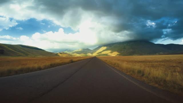 vídeos de stock e filmes b-roll de perspetiva pessoal: condução carro na estrada, vista frontal direito - reto descrição física