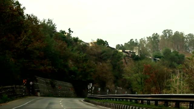 autofahren in bergen - himachal pradesh stock-videos und b-roll-filmmaterial