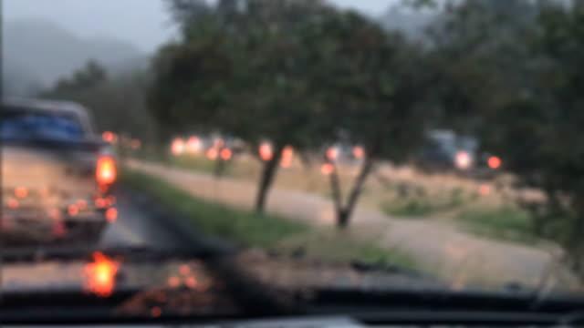vidéos et rushes de volant de voiture dans il pleut jour et eau inondation route - lourd
