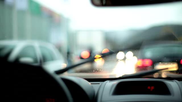 HD: Voiture conduite sous la pluie - Vidéo