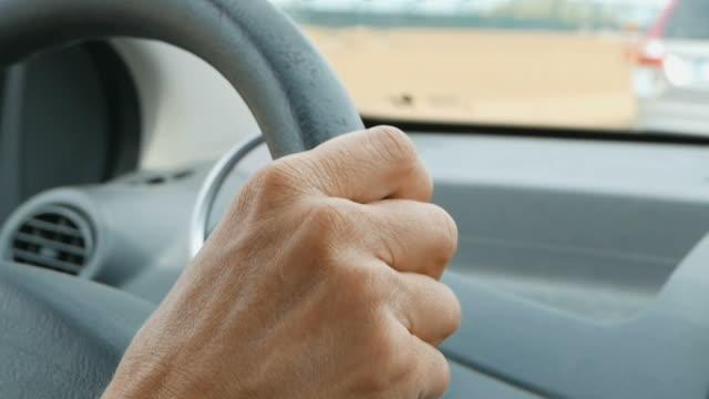 vídeos y material grabado en eventos de stock de conduce el coche con las manos en el volante - señalización vial