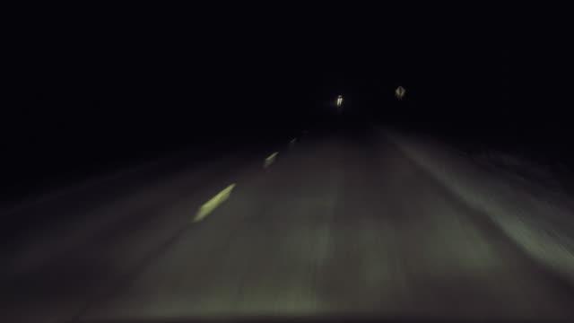 stockvideo's en b-roll-footage met rijden in een donkere landweg 's nachts passeren van een vrachtwagen. - mist donker auto