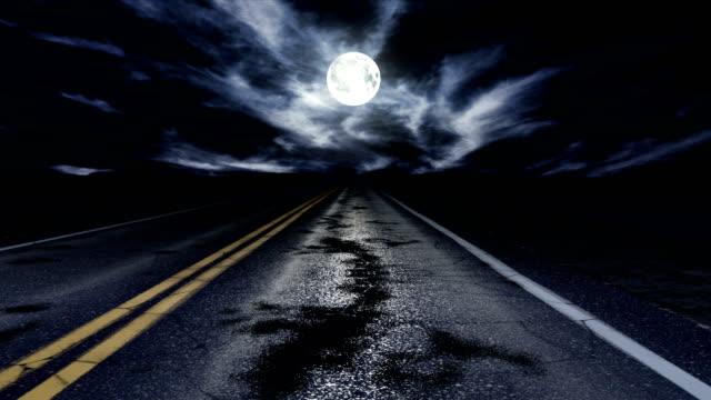 vídeos de stock e filmes b-roll de driving down a night road loop - reto descrição física