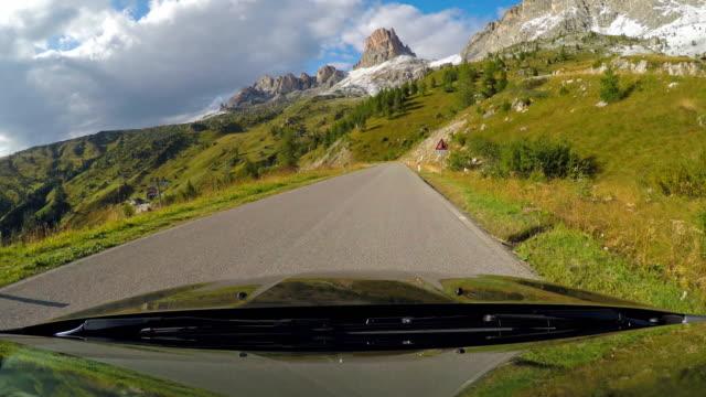 vidéos et rushes de conduite sur une route de montagne sinueuse - pare brise
