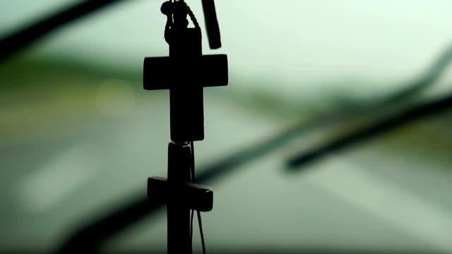 långsamma mo - körning under regn med vindrutetorkare - korsform bildbanksvideor och videomaterial från bakom kulisserna