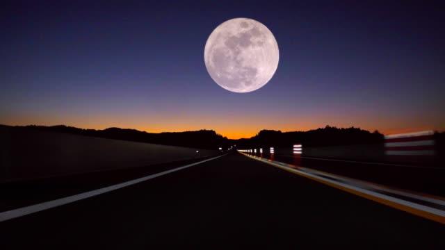 vídeos de stock e filmes b-roll de driving fast, full moon on the road - reto descrição física