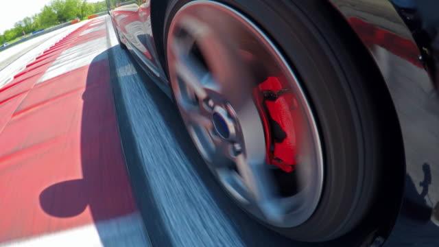 vídeos y material grabado en eventos de stock de conducir rápido en una pista de carreras - nieve amontonada