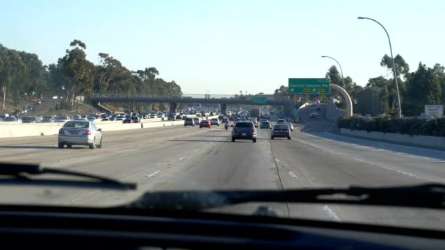 4kスローモーション60fpsでカリフォルニア州の高速道路を運転 - 州間高速道路点の映像素材/bロール