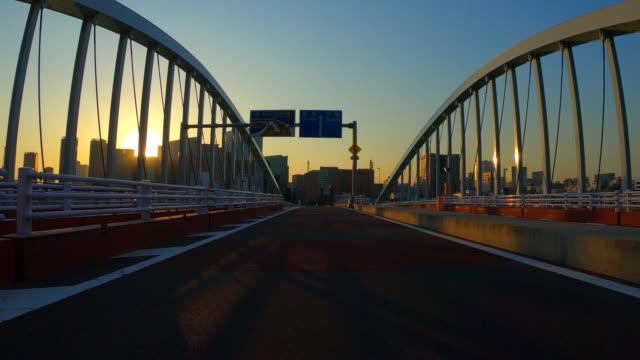 夕暮れ時の街での運転 - 車点の映像素材/bロール