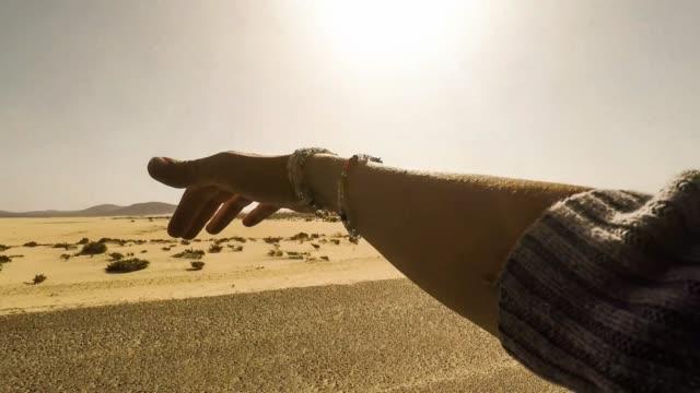 guida nella duna del deserto. braccio femminile giocare con il vento come un'ala che viaggia in auto e attraversando il deserto e la spiaggia. concetto di vacanze estive e viaggi. wanderlust e sentimento di libertà per i giovani - braccio video stock e b–roll