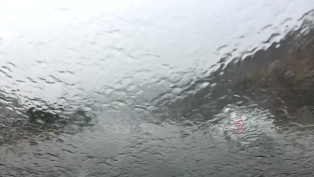 vidéos et rushes de conduite sous la pluie lourde - pare brise