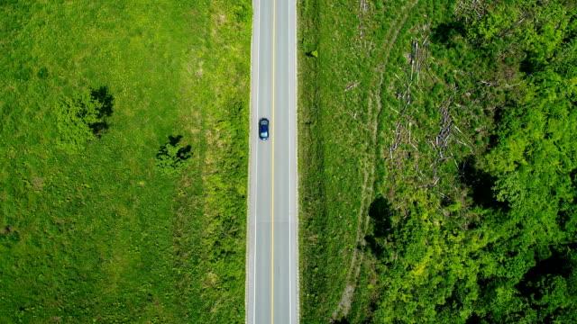 自然の中で運転 - 陸の乗り物点の映像素材/bロール