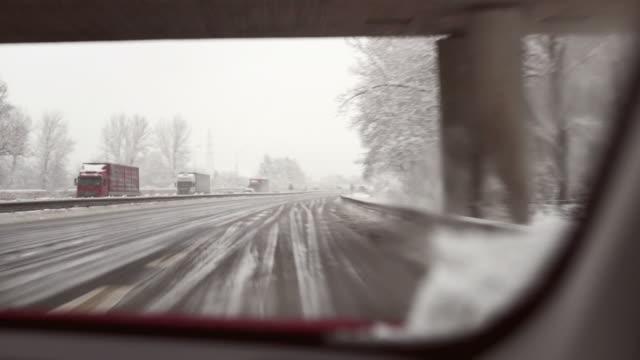vidéos et rushes de hd : conduite dans la neige - pont gênes