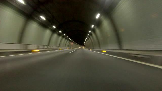 guidare in galleria -angolo super basso- - tunnel video stock e b–roll