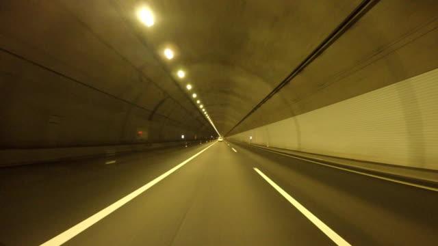 vídeos de stock, filmes e b-roll de dirigindo na túnel - distante