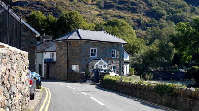 Bидео Driving in Welsh mountain village of Beddgelert