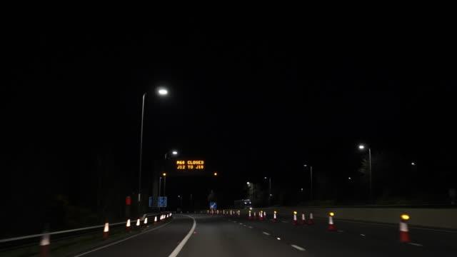 Bидео Driving M60 highway at night. Road lane closure.