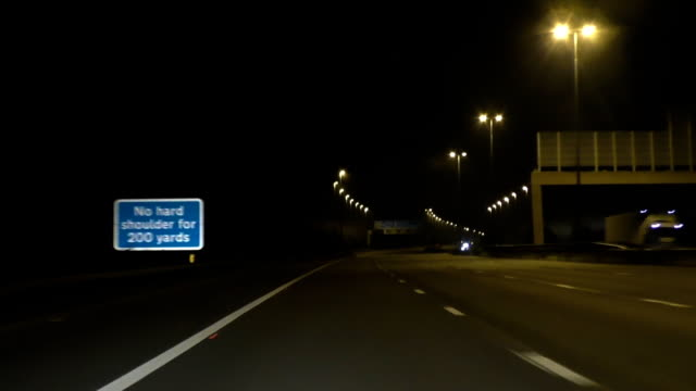 Bидео Driving M62 highway at night