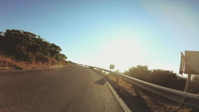 ov köra motorcykel på bergsväg över havet i ponza ön italien. synpunkt som sköt. - kustlinje bildbanksvideor och videomaterial från bakom kulisserna