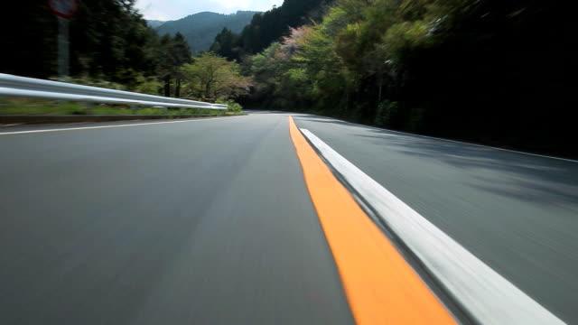 guida di strada di montagna - strada tortuosa video stock e b–roll