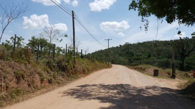 brezilyalı bir kırsal üzerinde sürüş - minas gerais eyaleti stok videoları ve detay görüntü çekimi