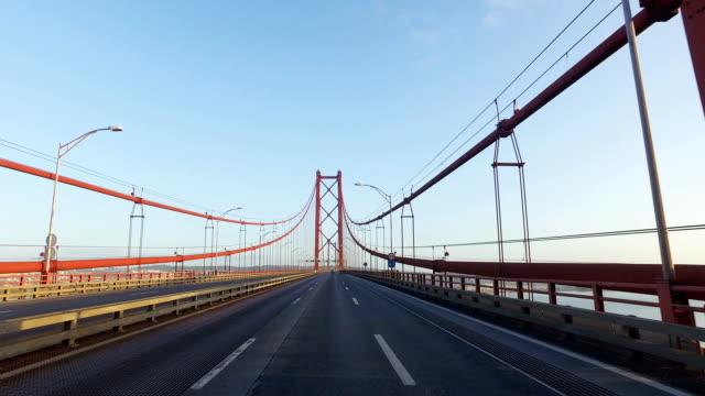 vídeos de stock e filmes b-roll de condução em uma ponte em lisboa - ponte 25 de abril