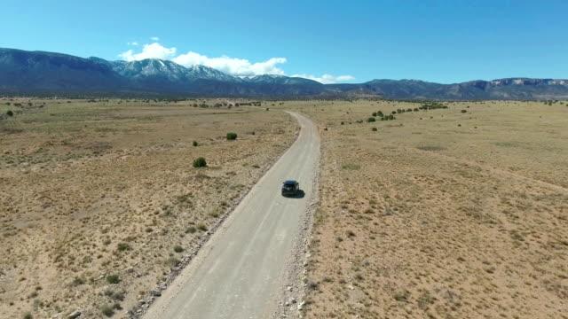 孤独な砂漠に運転 - 牧畜場点の映像素材/bロール