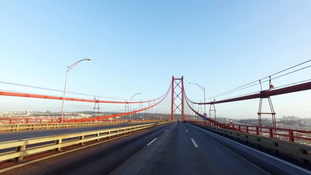 vídeos de stock e filmes b-roll de condução na ponte em lisboa - ponte 25 de abril