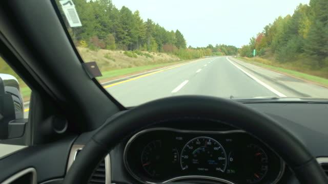ドライバーの視点を通じて秋の豪華なカラフルな森空高速道路走行 - 自動運転車点の映像素材/bロール