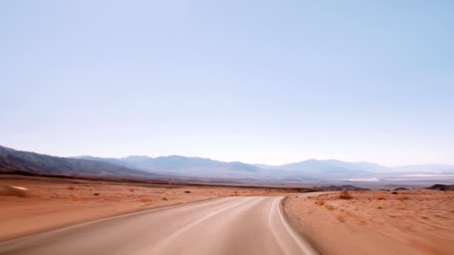 vídeos de stock e filmes b-roll de 190 condução em estrada - parque nacional do vale da morte
