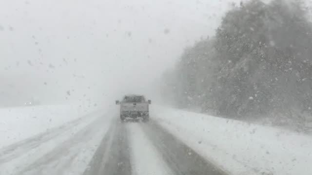 vídeos y material grabado en eventos de stock de conducir en carretera durante la tormenta de nieve - helado condición