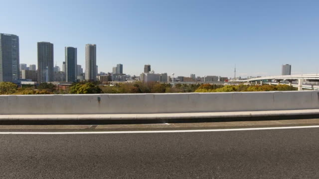 vidéos et rushes de conduite sur l'autoroute / vue latérale de la voiture - vue latérale