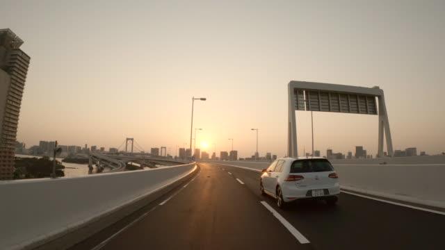 高速道路/サンセット/レインボーブリッジ/スローモーションでの運転 - 車点の映像素材/bロール