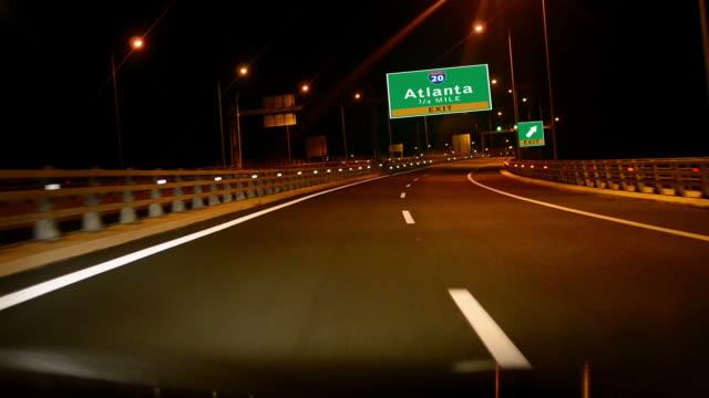運転 highway /i -夜になると、出口の標識の街アトランタ、gorgia - 州間高速道路点の映像素材/bロール