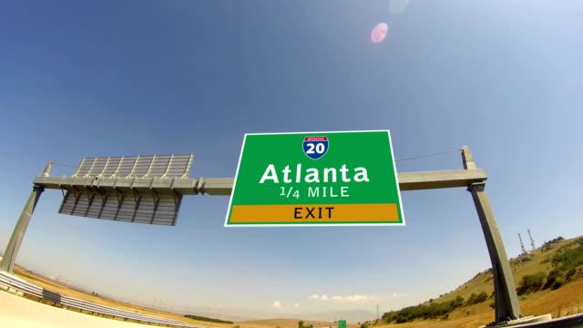 4 k fahren sie auf dem highway/interstate, ausfahrt zeichen der innenstadt von atlanta, gorgia - schild stock-videos und b-roll-filmmaterial