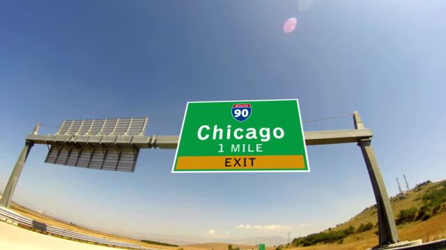 4 k に乗り、highway /interstate 、出口の標識の街シカゴ(イリノイ州) - 州間高速道路点の映像素材/bロール
