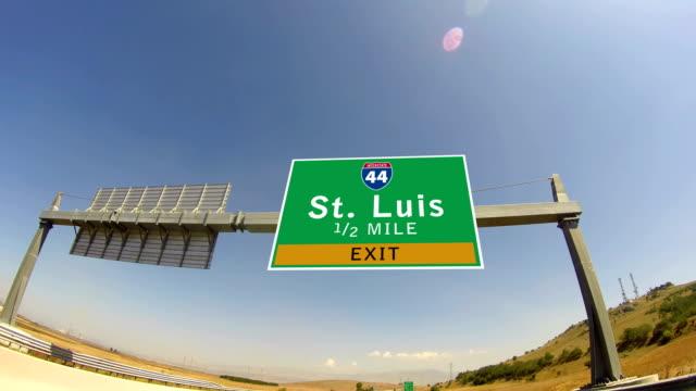 4 k sürücü karayolu/otoyol, st. luis, missouri city çıkış işareti üzerinde - missouri stok videoları ve detay görüntü çekimi