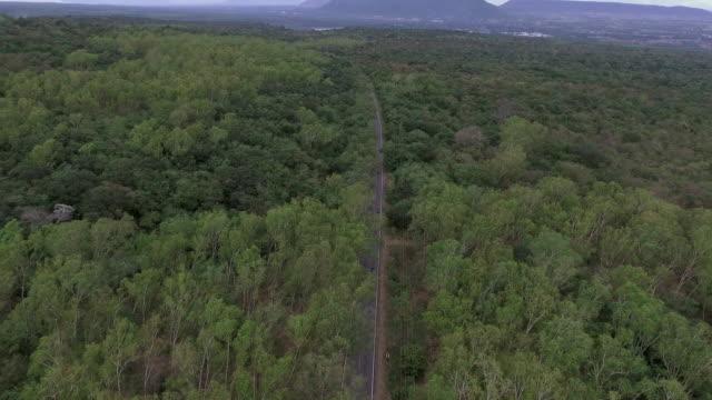 vídeos y material grabado en eventos de stock de conducción de tiro aéreo de ruta colina - largo longitud