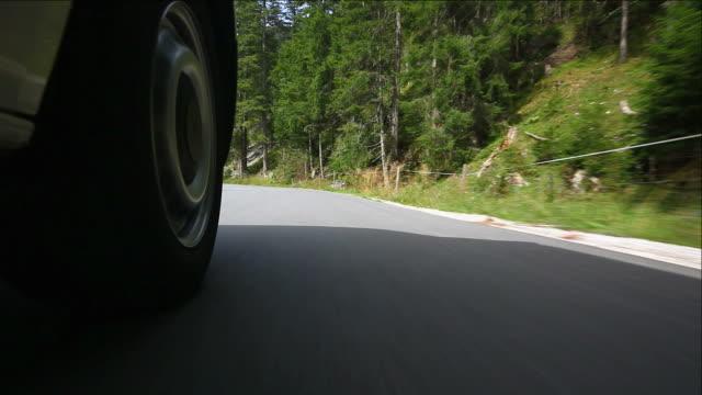 vídeos de stock, filmes e b-roll de hd dirigindo na estrada de montanha (ponto de vista de carro) - tyrol state austria