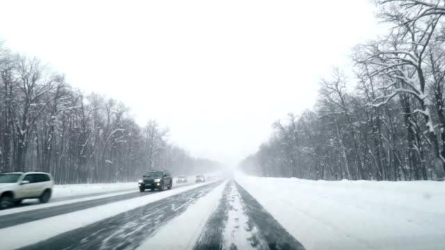 vídeos y material grabado en eventos de stock de conducir pov en la carretera nevada del país. invierno snow mountain road driving. bosque. conducción - helado condición