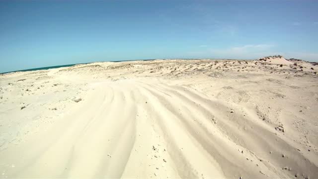 hd: jazda na plaży - wiejska droga filmów i materiałów b-roll