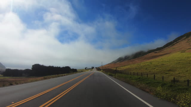 vídeos de stock e filmes b-roll de pov driving on the big sur coast, california - estrada 001
