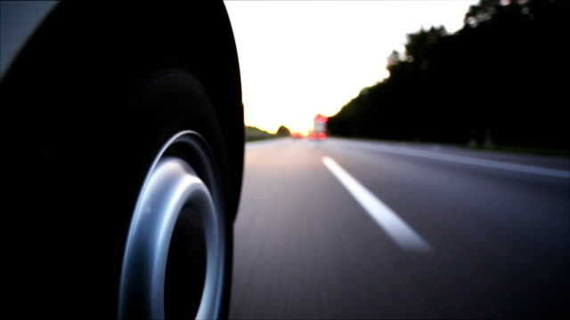 pov percorrendo l'autostrada al tramonto - autobahn video stock e b–roll