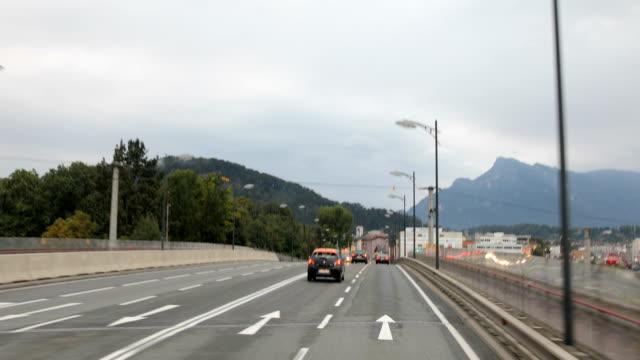 körning på motorvägen genom bergskedjan - videor med salzburg bildbanksvideor och videomaterial från bakom kulisserna