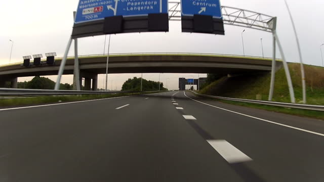 vídeos de stock, filmes e b-roll de dirigindo na estrada com gopro câmera montada - dividindo carro