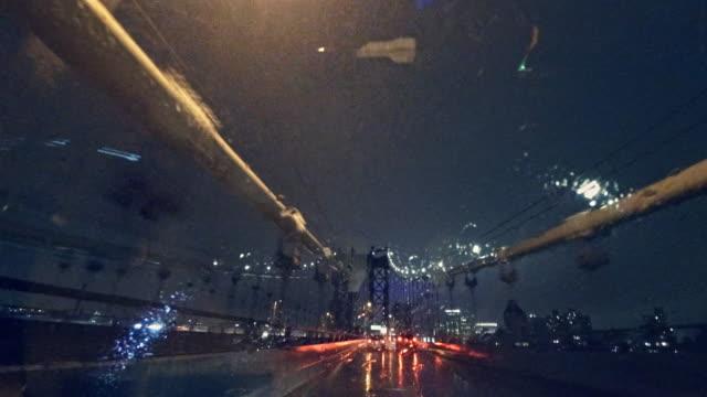 vidéos et rushes de conduite sur le pont de manhattan dans les fortes pluies dans la nuit. - pare brise