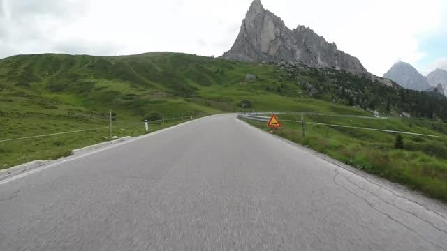 driving on the road , dolomite alps - stato federato del tirolo video stock e b–roll