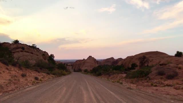 fahrsicht in moab - hochplateau stock-videos und b-roll-filmmaterial