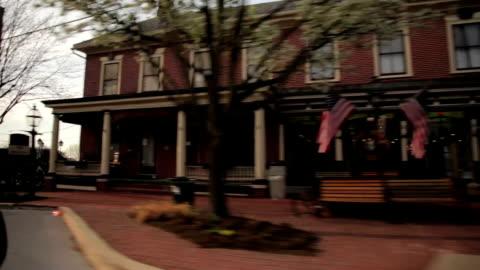 vídeos y material grabado en eventos de stock de conducción tomas en un pequeño pueblo. - cultura estadounidense
