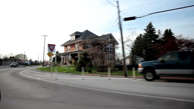 driving aufnahmen in einer kleinen stadt. - antique shop stock-videos und b-roll-filmmaterial